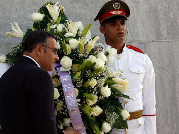 Mauricio Funes, Presidente de el Salvador, deposita una ofrenda floral ante el monumento a José Martí en la Plaza de la Revolución