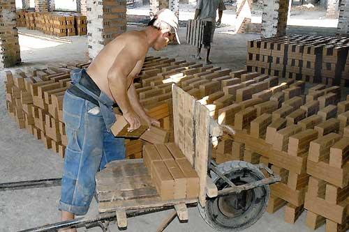 Ladrillos producidos artesanalmente en Cuba.