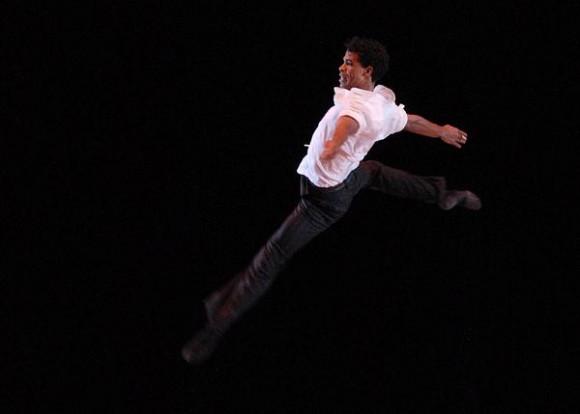 """Carlos Acosta durante su presentación en el Gran Teatro de La Habana,  el 30 de noviembre de 2010, como parte de su Gira Nacional """"Carlos Acosta y sus invitados"""" por cinco provincias del país. AIN FOTO/ Sergio ABEL REYES"""
