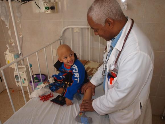 El doctor Renó atiende a un niño en el Instituto
