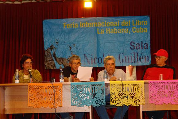 """El panel presenta el libro """"Silvio, aprendiz de brujo"""". Foto: David Vázquez Abella"""