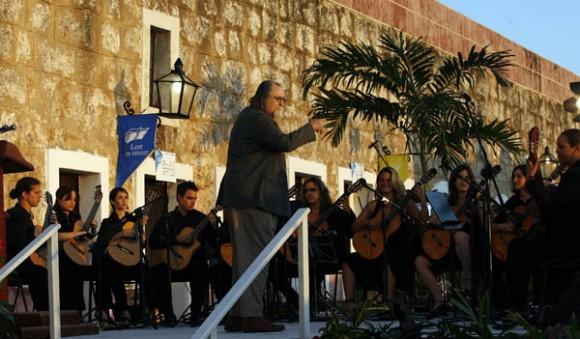 Orsquesta de Giutarras Sonatas Habaneras, dirigidas ppor el maestro Jesus Ortega,  en la inauguracion de la feria del Libro.