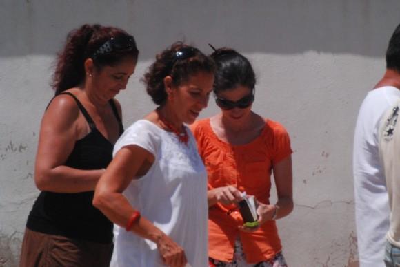 Yoani Sánchez, junto a Liliam Nigaglioni, ex secretaria de Prensa y de Cultura de la SINA, entrando a la sede diplomática de Washington en La Habana, lugar donde la bloguera recibe orientaciones y apoyo.