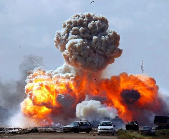 Una bomba de un avión aliado estalló entre los vehículos pertenecientes a las fuerzas leales al coronel Muammar el-Gadafi durante un ataque aéreo el domingo en la carretera en las afueras de Bengasi.