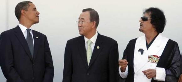 Obama y Gadafi se cruzan las miradas entre Ban Ki-moon, en una cumbre en 2009. Foto de Reuters que publica hoy el diario El Mundo