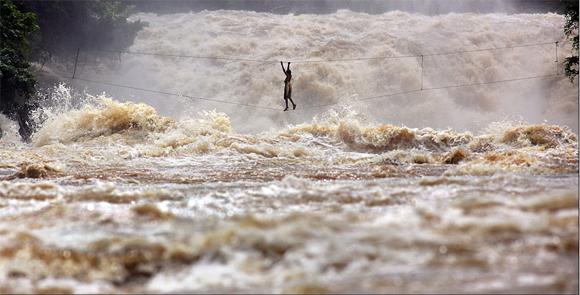 Cuando el cabal del río baja con tal intensidad, sólo los más valientes pescadores consiguen adentrarse en el agua para conseguir algún pez. Para sacar estas imágenes, Allen se mantuvo dentro del río, sujetado por las rocas que le permitían estar en la posición adecuada. Foto: Timothy Allen/BBC Mundo