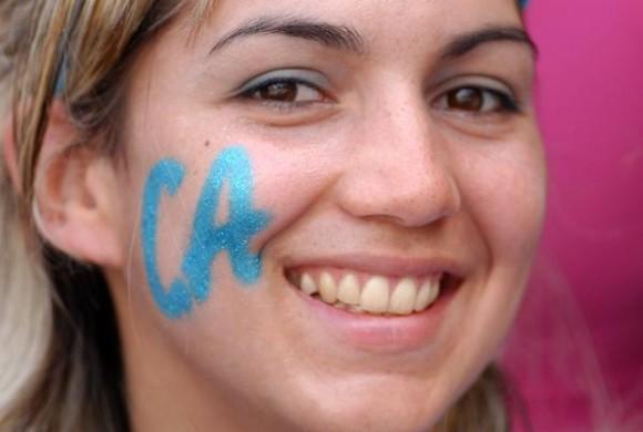 Aficionada avileña disfruta del segundo juego entre los equipos de Pinar del Río y Ciego de Ávila en el estadio José Ramón Cepero, como parte de la final de la 50 Serie Nacional de Béisbol, Cuba, el 24 de abril de 2011. AIN FOTO/Osvaldo GUTIERREZ GOMEZ