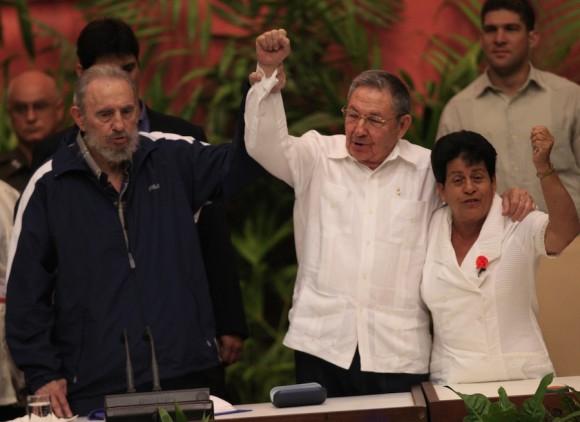 Fidel, Raúl y Nemesia Rodríguez en la Clausura del VI Congreso del PCC. Foto: Ismael Francisco