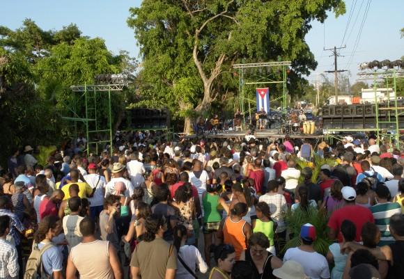 Vecinos y visitantes se concentraron en un descampado de Romerillo. Foto: Rafael González/Cubadebate.
