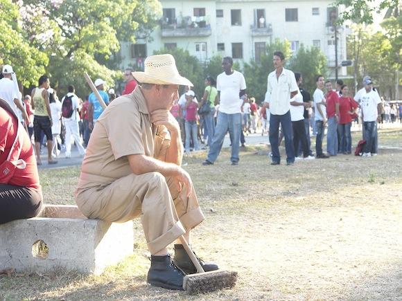 Tras marchar, esperan que finalice el desfile. Foto: Rafael González/Cubadebate.