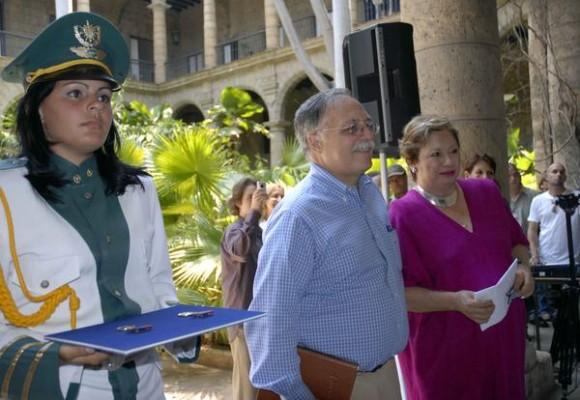 Entregan distinción Félix Elmuza a José Pertierra (C), abogado que representa al gobierno de Venezuela para la extradición del terrorista Luís Posada Carriles y a Carmen Lira (D), directora del diario La Jornada, de México, en el Palacio de Los Capitanes Generales, en La Habana Vieja, Cuba, el 13 de mayo de 2011. AIN FOTO/Sergio ABEL REYES