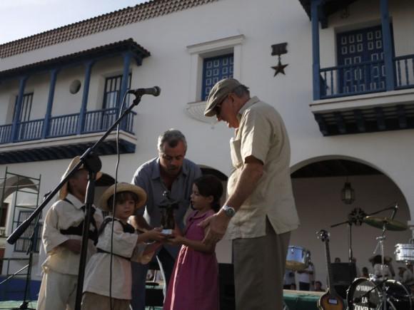 Ciro Benemelis entregra premio a La Colmenita en Santiago de Cuba. Foto: Jesús González