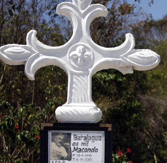Un alto en la tumba de Tomy, Barajagua. Foto: Ismael Francisco/Cubadebate