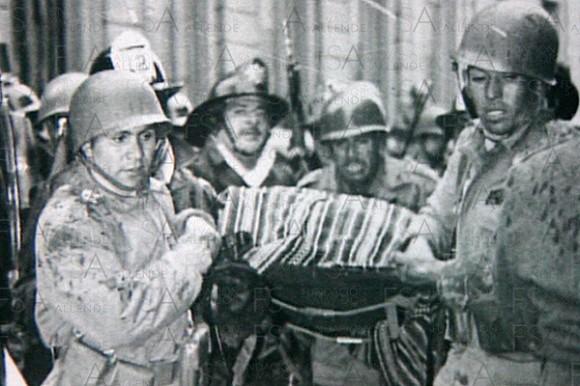 El cadáver de Salvador Allende es sacado de La Moneda.