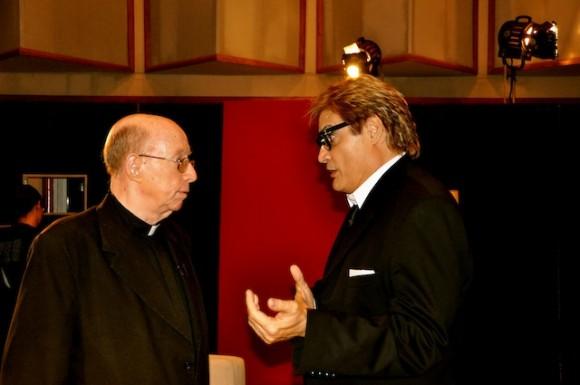 """Monseñor Carlos Manuel de Céspedes en """"Con 2 que se quieran"""", que conduce y dirige Amaury Pérez. Foto: Petí"""
