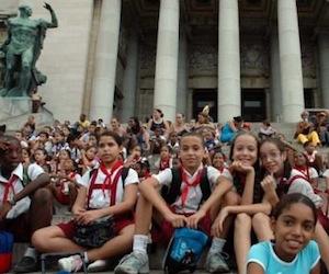 Niñas y niños en la escalinata del capitolio. Foto: Caridad