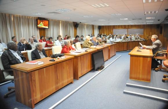 Raúl en el Consejo de Ministros. Foto: Archivo