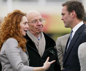 James Murdoch y Rupert Murdoch, en marzo de 2010.