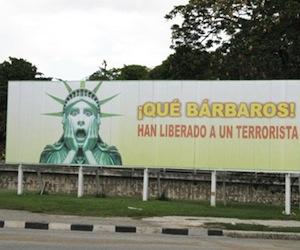 Cartel en una calle de La Habana que recuerda que Estados Unidos mantiene libre en Miami al terrorista Luis Posada Carriles, responsable de la voladura de un avión civil cubano que costó la vida a 73 personas. Posada Carriles tiene un juicio pendiente por esta causa en Venezuela.