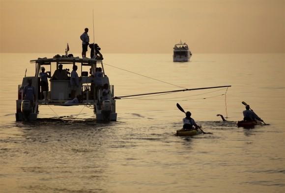 Diana Nyad emprende la aventura acompañada por 3 embarcaciones y dos kayac, pero sin jaula de protección contra tiburones