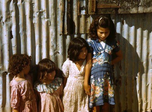 Pew reporta que en 2010, 37.3 por ciento de los niños pobres en el país eran latinos, 30.5 blancos y 26.6 por ciento afroestadunidenses.