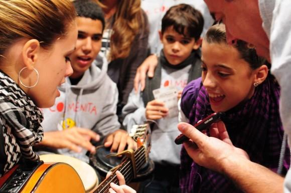 """Cantándole a René """"El Mayor"""". Foto: Bill Hackell"""