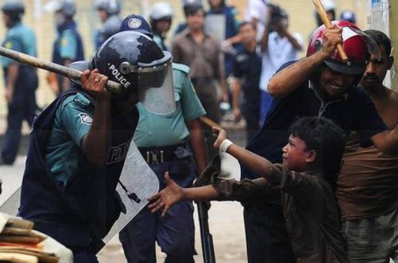 Junio de 2010.Varios niños son agredidos por la policía durante las protestas de 15.000 trabajadores textiles en Dhaka, la capital de Bangladesh