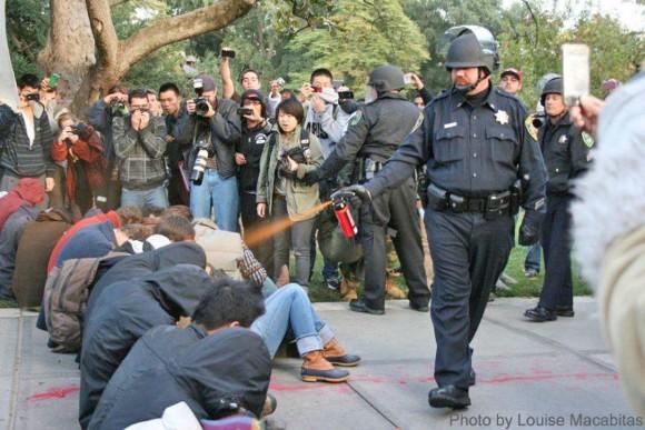 El policía John Pike durante una rociada con gas pimienta a los estudiantes de la Universidad de California-Davis.