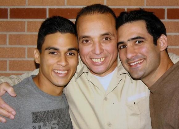 Antonio Guerrero con sus hijos Tony y Gabriel.