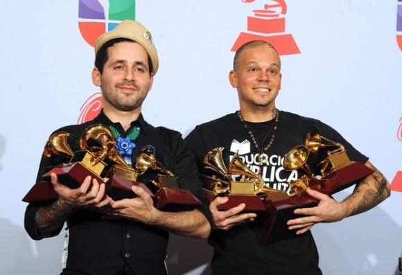 El dúo puertorriqueño Calle 13, Rene Perez Joglar (i) (Residente) y Eduardo Cabra Martínez posan con los galardones, entre otros, Mejor Canción Tropical; Mejor Canción Alternativa y Mejor Álbum Urbano hoy, jueves 10 de noviembre de 2011, en la entrega de la XII Premios Grammy Latinos en Las Vegas, Nevada (EE.UU.). Los premios Grammy reconocen el logro artístico y técnico, no de cifras de ventas o posiciones en listas, y los ganadores se determinan por la votación de calificados miembros de la academia. EFE/MIKE NELSON