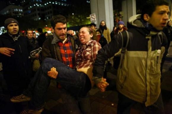 Una mujer que se identificó como Jennifer y dijo que estaba embarazada de dos meses se precipitó a una ambulancia después de ser golpeado con el spray de pimienta en un Ocupar protesta de Seattle en Martes, 15 de noviembre 2011 en Westlake Park. Los manifestantes se reunieron en la intersección de la 5 ª Avenida y la calle de Pino después de una marcha desde su campamento en Seattle Central Community College en apoyo de Ocupar Wall Street. Muchos se negaron a moverse a partir de la intersección después de haber sido ordenado por la policía. Después, la policía comenzó a rociar a la multitud reunida golpear decenas de personas. De 84 años de edad, activista también fue golpeado con el aerosol. Foto: JOSHUA TRUJILLO / SEATTLEPI.COM