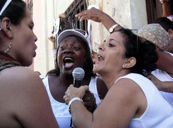 Las Damas de Blanco se alteraron... Foto: Ismael Francisco