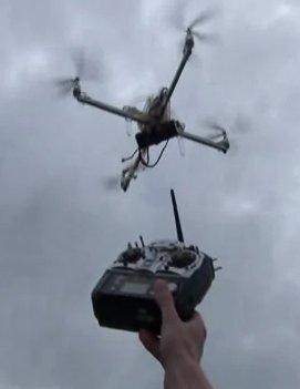 Un piloto prueba un ArduCopter y muestra el radiocontrol frente a la cámara para probar que el aparato se mueve por sí mismo y no está siendo piloteado por un humano. El video puede verse en http://www.youtube.com/watch?v=lYqWWoHpWi4