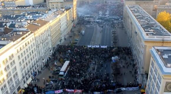 ... Son dos grandes manifestaciones separadas por la policía: nacionalistas de extrema derecha en el primer plano, y anarquistas de izquierda atrás al fondo.