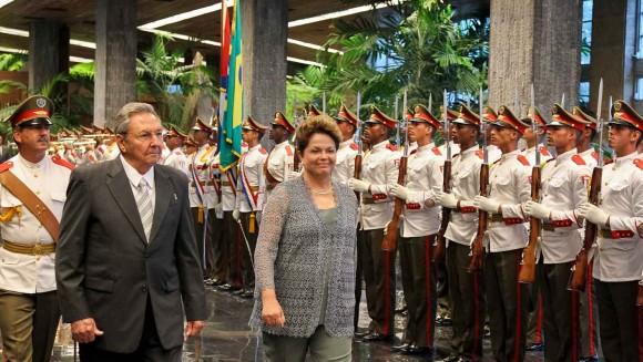 Presidenta Dilma Rousseff pasa revista a las tropas en el Palacio de la Revolución.