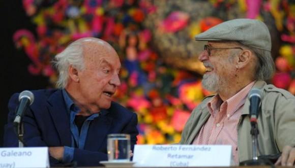 Eduardo Galeano (I), escritor y periodista uruguayo, junto a Roberto Fernández Retamar (D), presidente de la Casa de las Américas, durante la presentación del Jurado del Premio Casa, en su edición 53, en La Habana, Cuba, el 16 de enero de 2012. AIN FOTO/Omara GARCÍA MEDEROS