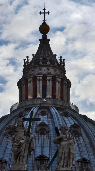 """La basílica de San Pedro debe su gloria a Miguel Ángel, que fue responsable de diseñar la maravillosa cúpula. En la cúpula está escrito: """"Tu eres Pedro, y sobre esta Roca edificaré mi Iglesia, y te daré las llaves del cielo"""". Las letras miden 2 mts de alto. Foto: Ismael Francisco/Cubadebate."""