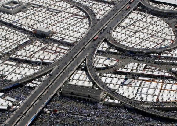 Tiendas de musulmanes peregrinos extendidas a lo largo de carretera. Reuters/Ammar Awads. Arabia Saudita