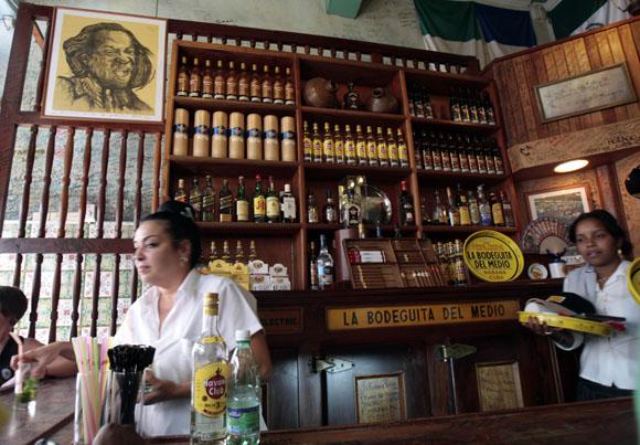 La Bodeguita del Medio, uno de los rincones más bohemios de la capital de Cuba y famoso por su cocina criolla, cumple hoy 26 de abril 70 años de vida. Foto: Ismael Francisco/Cubadebate.