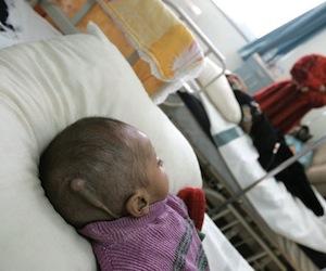 Niño iraquí con leucemia por las bombas de uranio enriquecido