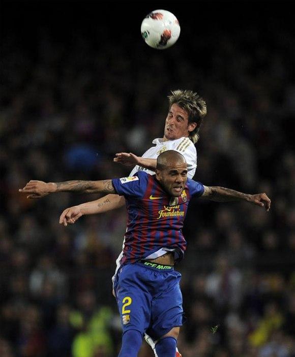Fabio Coentrao y Dani Alves fueron los protagonistas de una de las disputas del Clásico. Ambos pelearon en la banda. Fue un bonito duelo. Foto: AFP