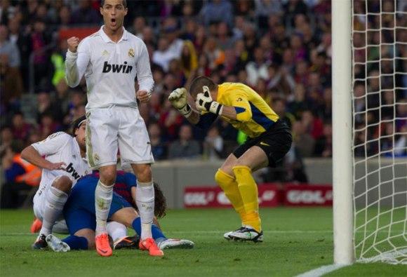 El Real Madrid se adelantó en el marcador gracias a un gol de Khedira. Puyol no despejó en el área pequeña y el alemán aprovechó la oportunidad. Foto: AFP