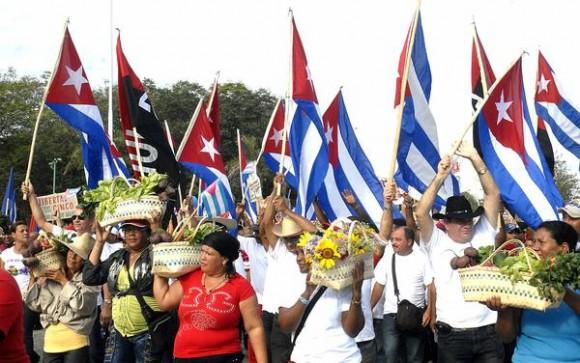 Desfile por el Primero de Mayo, Día Internacional de los Trabajadores, en la Plaza de la Patria de Bayamo, en Granma, el 1ro de mayo de 2012.AIN FOTO/ Luís Carlos PALACIO LEYVA/periódico La Demajagua
