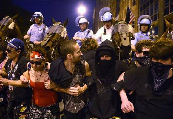 Manifestantes se enfrentan contra la policía montada de Chicago en una calle de esa ciudad estadounidense. Miles de personas protestan contra la cumbre de la OTAN que lidera Barack Obama. EFE/SHAWN THEW