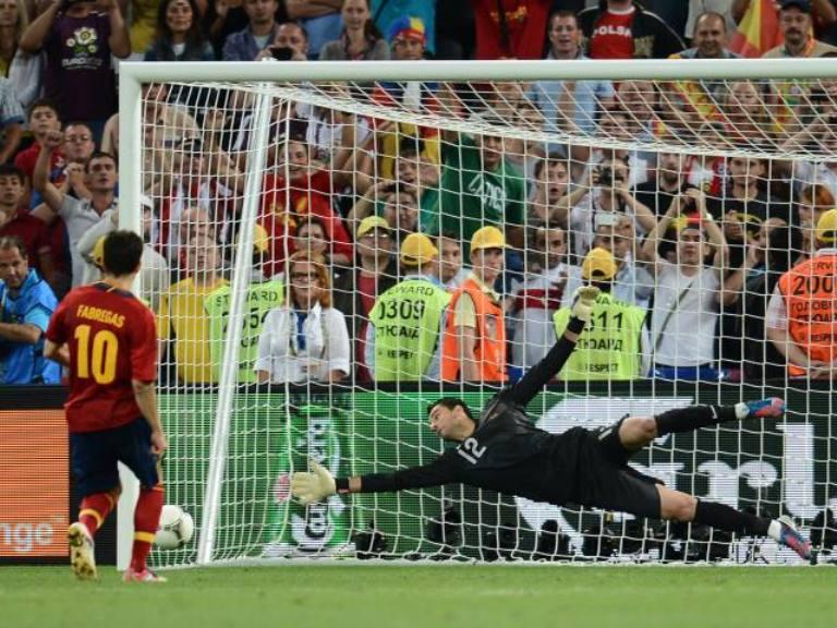 Cesc Fábregas le da la victoria a España y el pase a la gran final. Foto: AFP