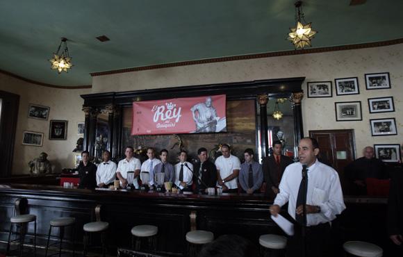 Andrés Arencibia director del Floridita, presenta los participantes en la competencia El Rey del Daiquirí, en su 4ta edición celebrada en el Bar El Floridita, como parte de los festejos por el 195 aniversario de esta instalación. Foto: Ismael Francisco/Cubadebate.