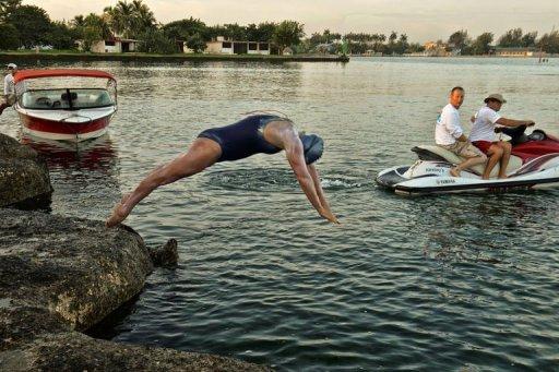 La nadadora británico-australiana Penny Palfrey se lanza al agua este viernes para cruzar el estrecho de Florida Foto: AFP.