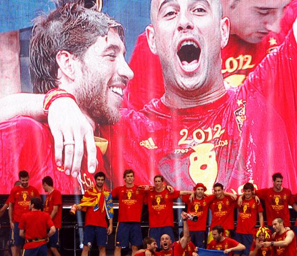 El equipo desfiló por un escenario instalado en La Cibeles. Foto: El País