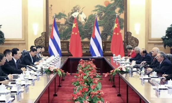 El presidente chino, Hu Jintao (tercero L) se reúne con Raúl Castro Ruz (primero a la derecha), presidente del Consejo de Estado y el Consejo de Ministros de Cuba en el Gran Palacio del Pueblo en Beijing, capital de China, 5 de julio de 2012. (Foto: Xinhua / Ding Lin)