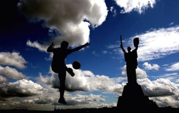 Un hombre juega al fútbol frente al Monumento Rodina el 7 de junio de 2012 en Kiev, Ucrania, el 8 de junio de 2012. Foto: Alex Livesey/Getty Images.